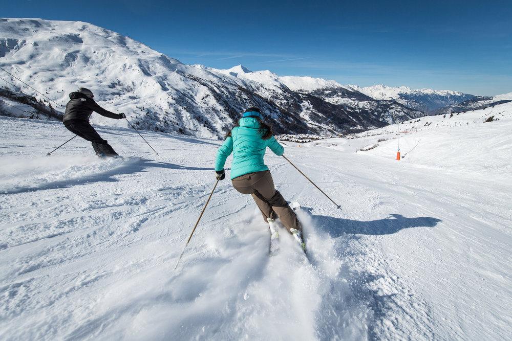 Enchainement de descentes sur le domaine de Valmeinier : 160 km de pistes de tous niveaux entre 1500 à 2750 mètres d'altitude. - © A. Pernet / OT de Valmeinier