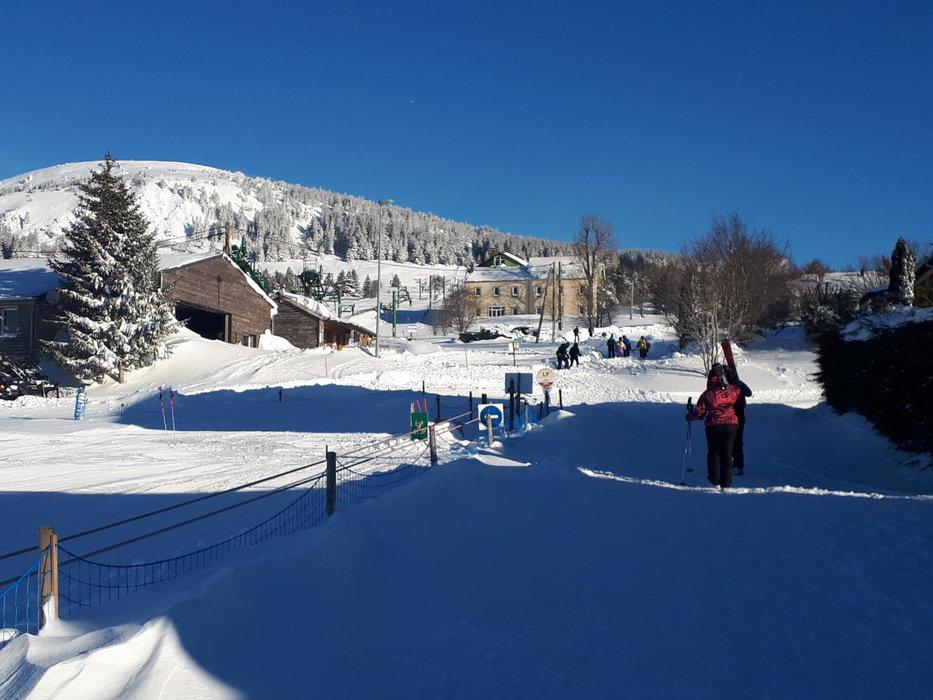 Encore une belle journée en perspective sur le domaine skiable des Estables - © Facebook @MezencLoireMeygal