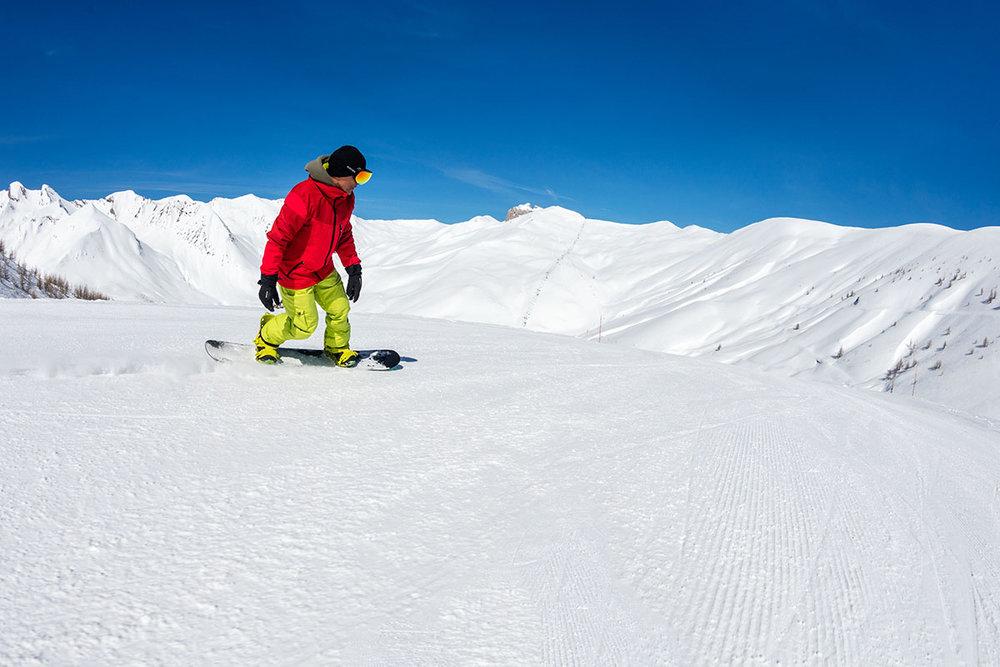 Conditions parfaites (neige fraîche et soleil généreux) pour une journée de snowboard sur les pistes du Val d'Allos - © R. Palomba / Office de Tourisme du Val d'Allos