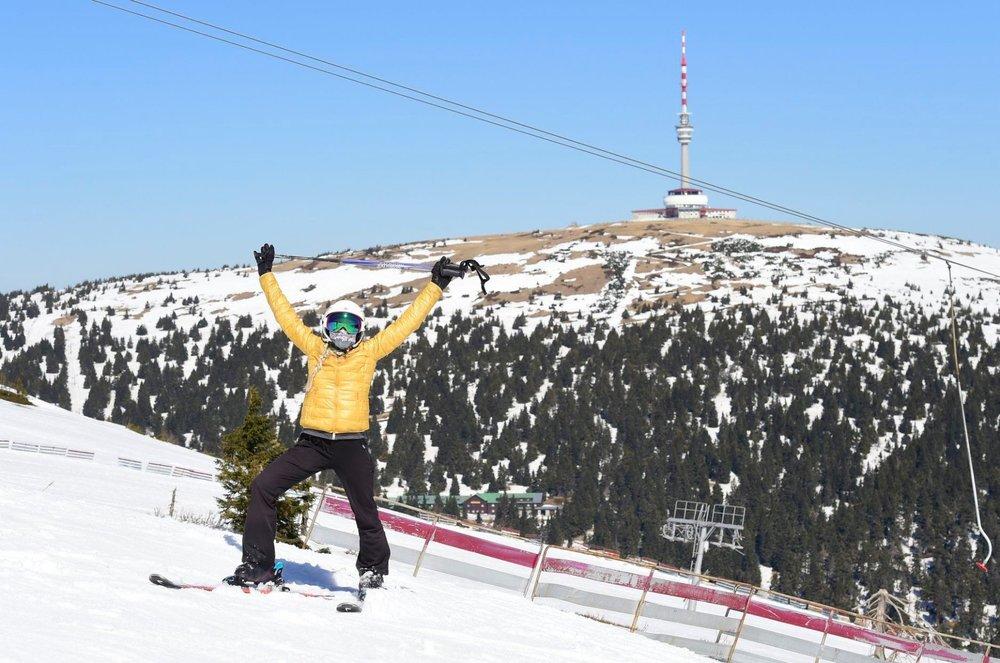 Un masque et ça repart... Quelques heureux (ou inconscients) skieurs s'adonnent aux joies de la glisse sur les pistes de Praděd en pleine période de pandémie de covid-19 - © facebook | ČT24