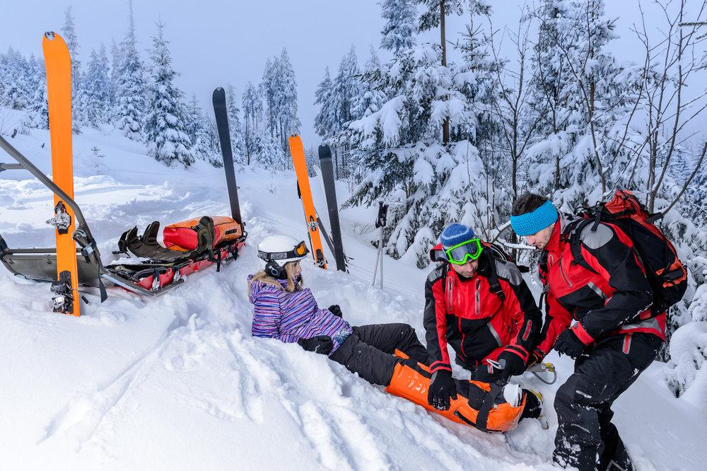 Pour éviter que votre séjour au ski ne se termine dans la barquette des pisteurs secouristes ou aux urgences du CHU le plus proche, mieux vaut bien se préparer et arriver au ski en pleine forme... - © CandyBox Images - Fotolia.com