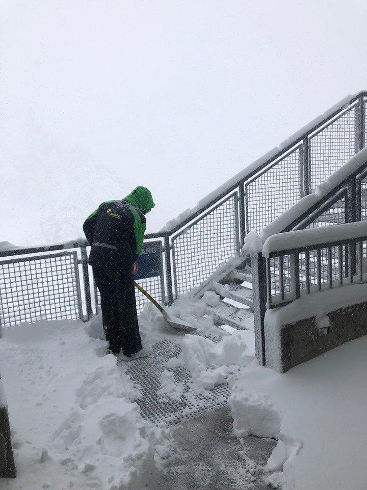Schneeschippen am Dachstein Gletscher  - © Facebook