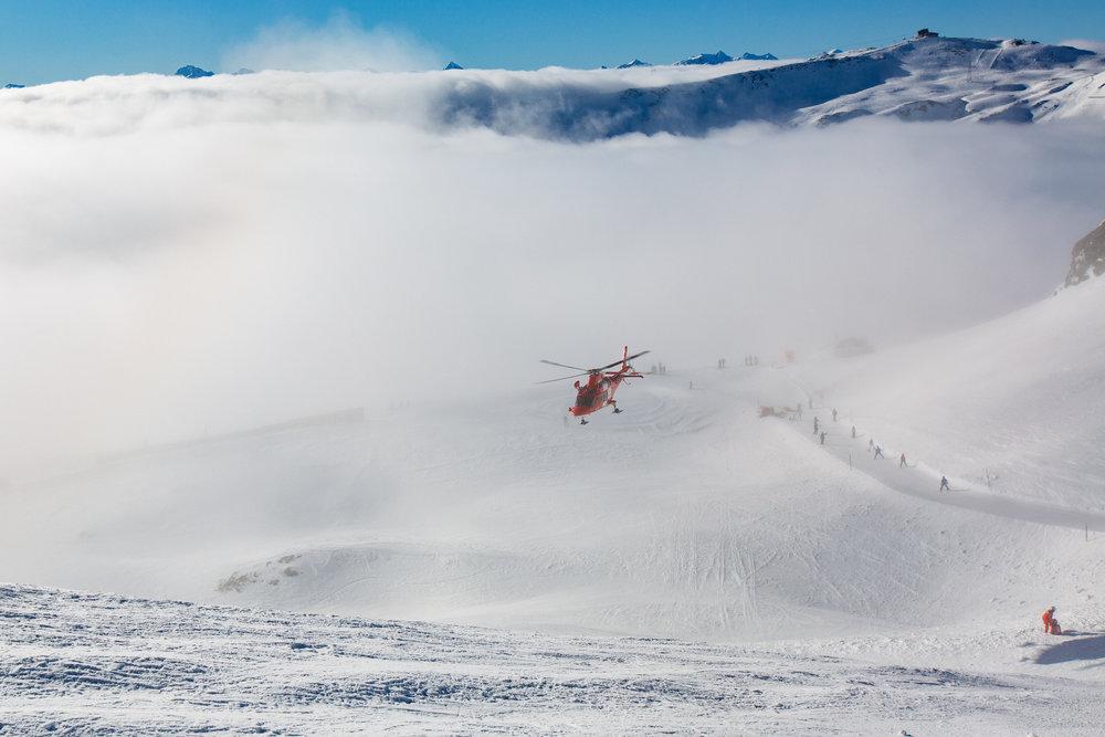 Ein Rettungshubschrauber hat einen Sanitäter abgesetzt, der nach einem Skiunfall zu Hilfe gerufen wurde - © Skiinfo | Sebastian Lindemeyer