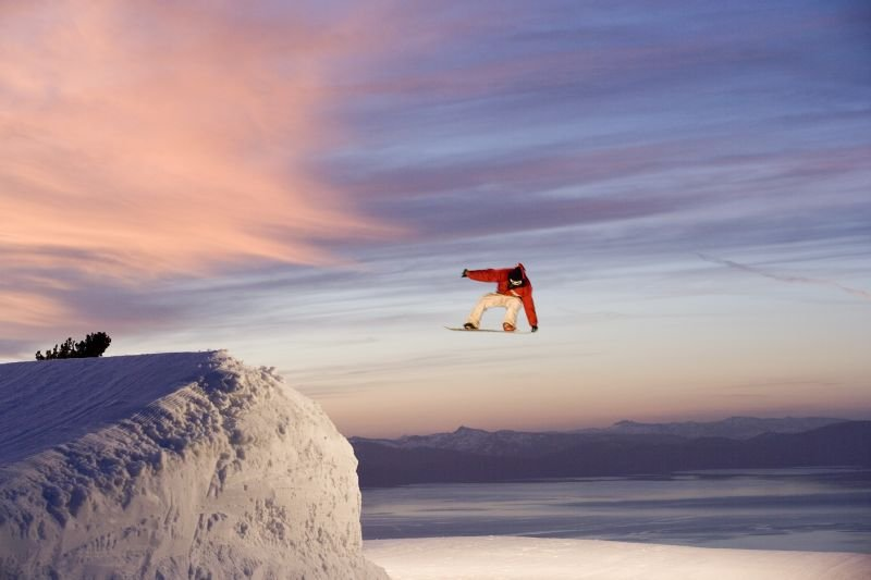 Lo snowboarder Jimi Tomer ad Heavenly presso South Lake Tahoe, California