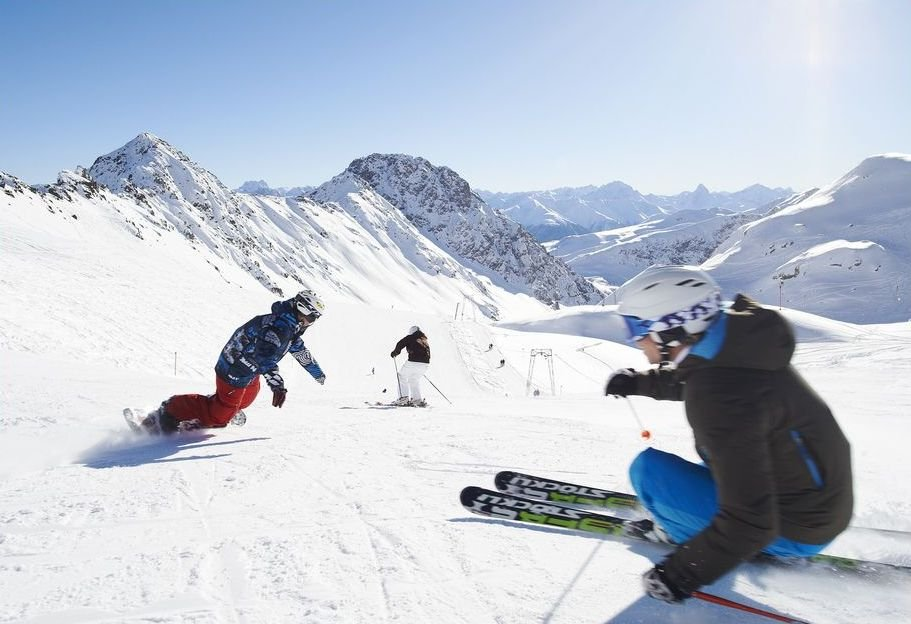 Carving up the slopes in Davos Klosters - ©Destination Davos / Klosters