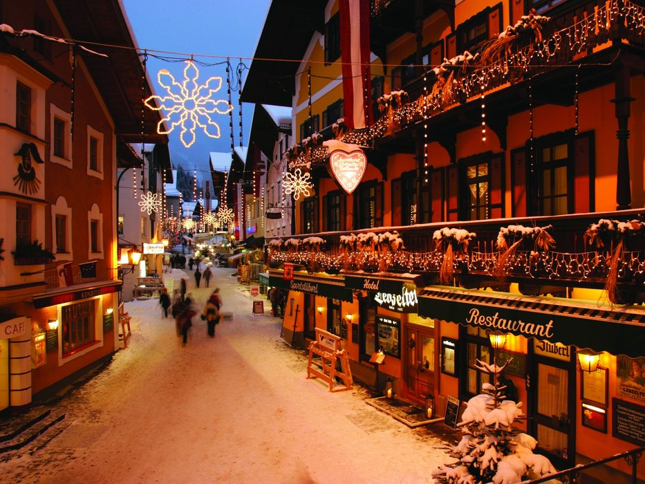 Festive streets of Zell.  - © Credit Zell am See Tourism.