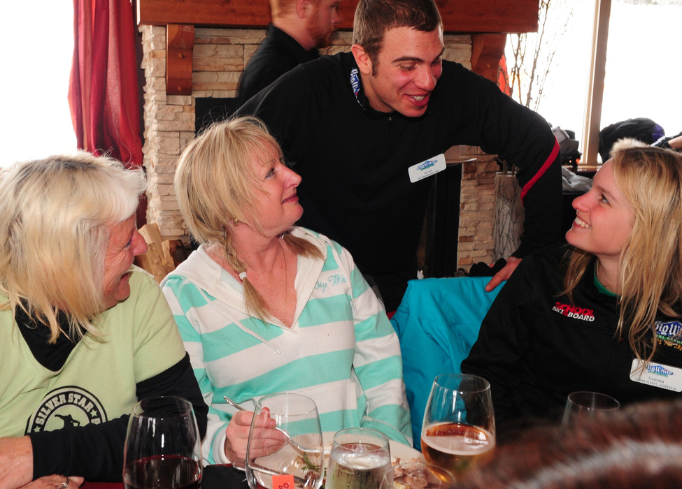 Ladies Day participants share lunch at Big White. Photo by Quick Pics/Big White. - © Quick Pics/Big White