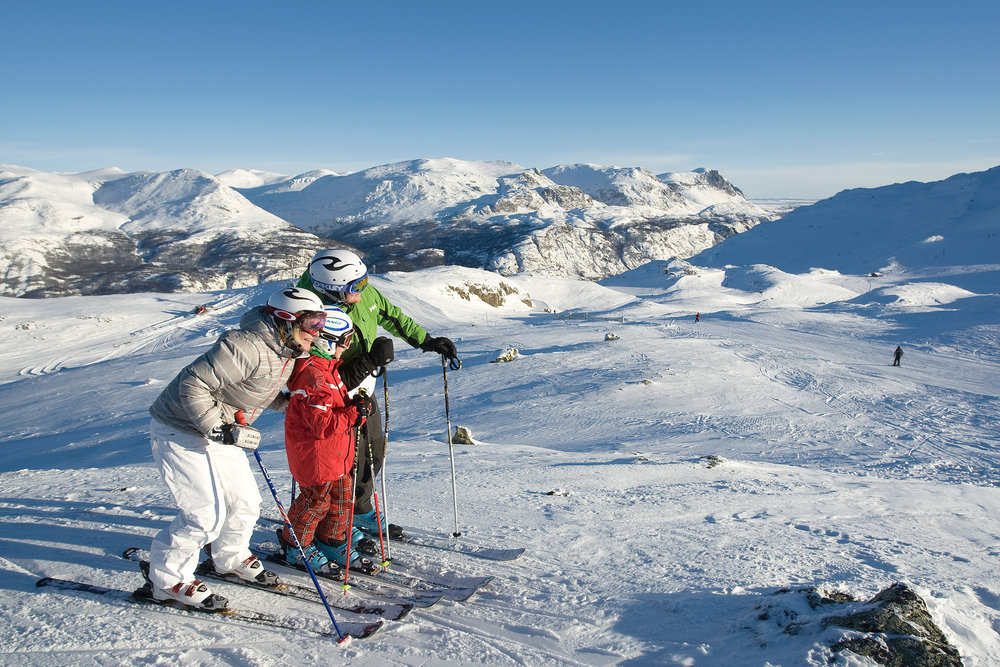 Family skiers in Hemsedal, Norway - © Nils-Erik Bjorholt