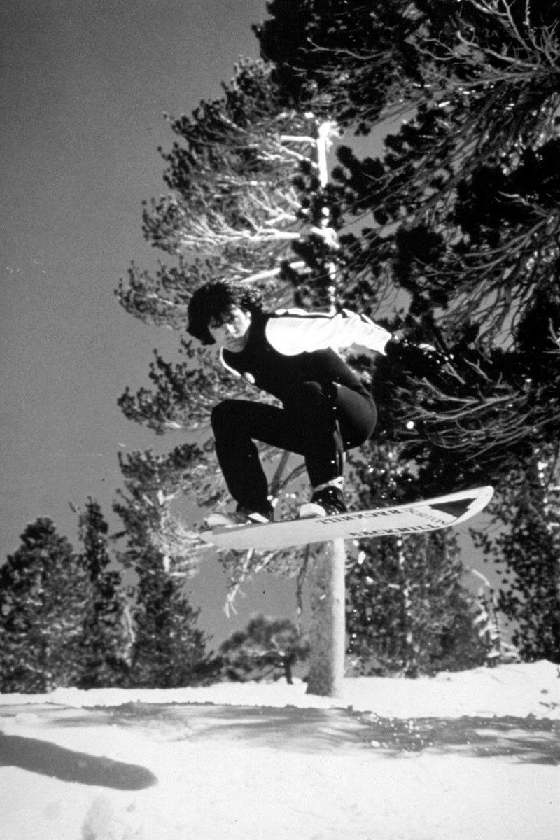 Jake Burton testete alle Prototypen selbst, wie hier das Backhill mit dem er 1982 National Snowboarding Championships gewann, die heute noch unter den US Open bekannt sind.  - © The Burton Corporation
