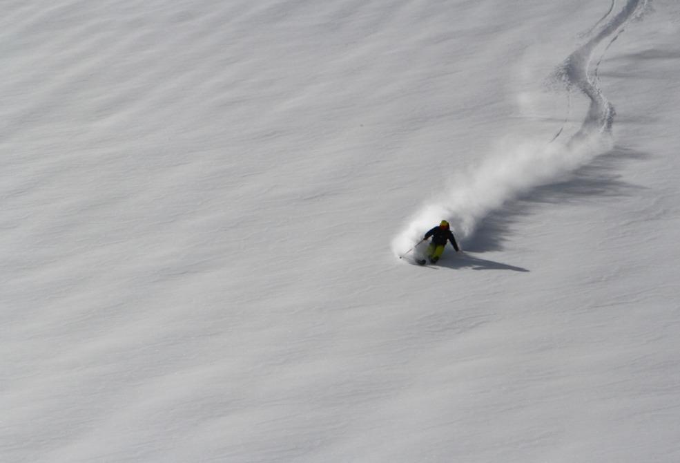 Thomas Jensen kører polar powder - © Jeppe Hansen, Surfline