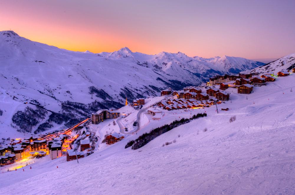 Der Skiort Les Menuires im Abendlicht - © Gilles Lansard - Les Menuires