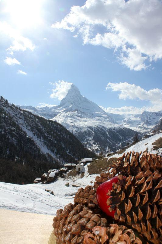 """Blick von der Hütte """"Chez Vrony"""" in Findeln auf den 4.478m hohen Mont Cervin (Matterhorn) - © Skiinfo.de/Sebastian Lindemeyer"""