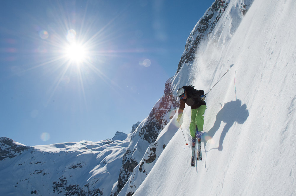 """""""Langer Zug"""": Tiefschwarze präparierte Skiroute bei Lech. - © LZTG"""