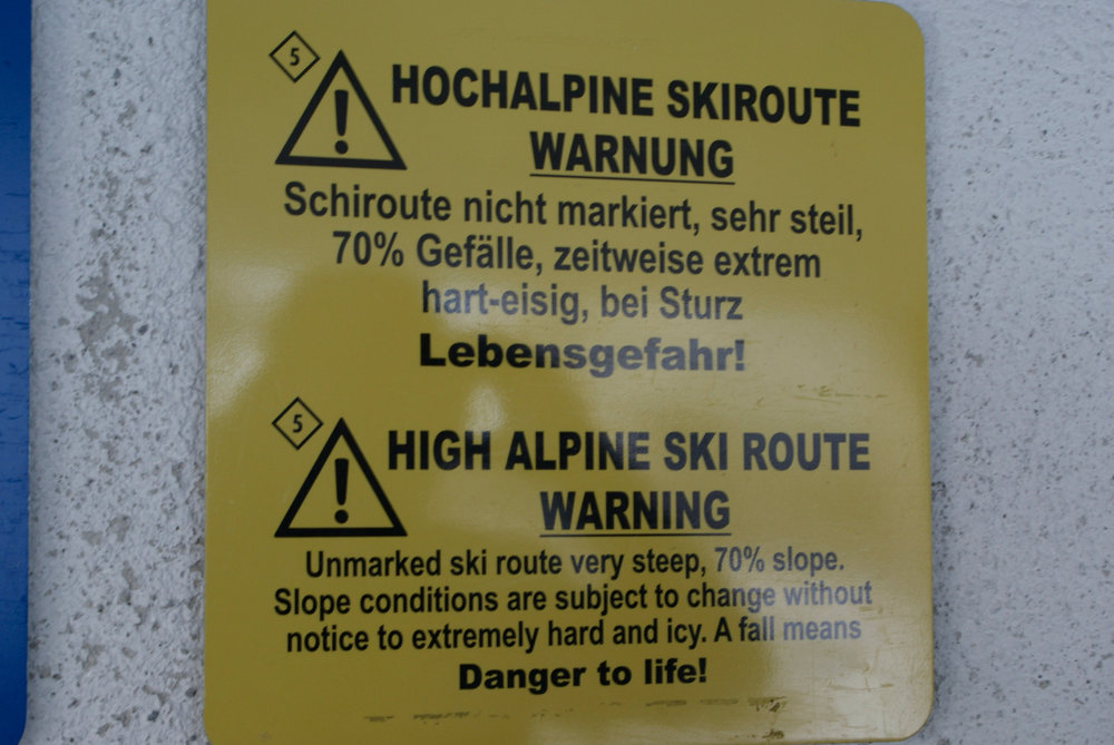 Tablica ostrzegawcza przy kolejce linowej wiodącej do trasy freeridowej w źlebie Hafelekarrinne. - © Gernot Schweigkofler