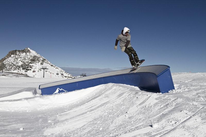 Curved Box – dieses Element erfordert eine optimal Gewichtsverlagerung und Einschätzung der Geschwindigkeit - © stefandrexl.com / Overview Gletscherbahnen Kaprun AG /Kitzsteinhorn