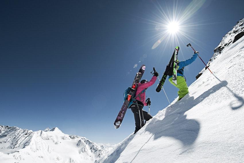 Onderweg naar de top in het Stubaital. De vier skigebieden van het Stubaitail – de Stubaier gletsjer, Neustift, Fulpmes en Mieders – zijn met een skipas toegankelijk. Een fijne optie voor wintersporters die de voorkeur geven aan een kleinere skibestemming met toch voldoende pistekilometers om je te kunnen blijven vermaken