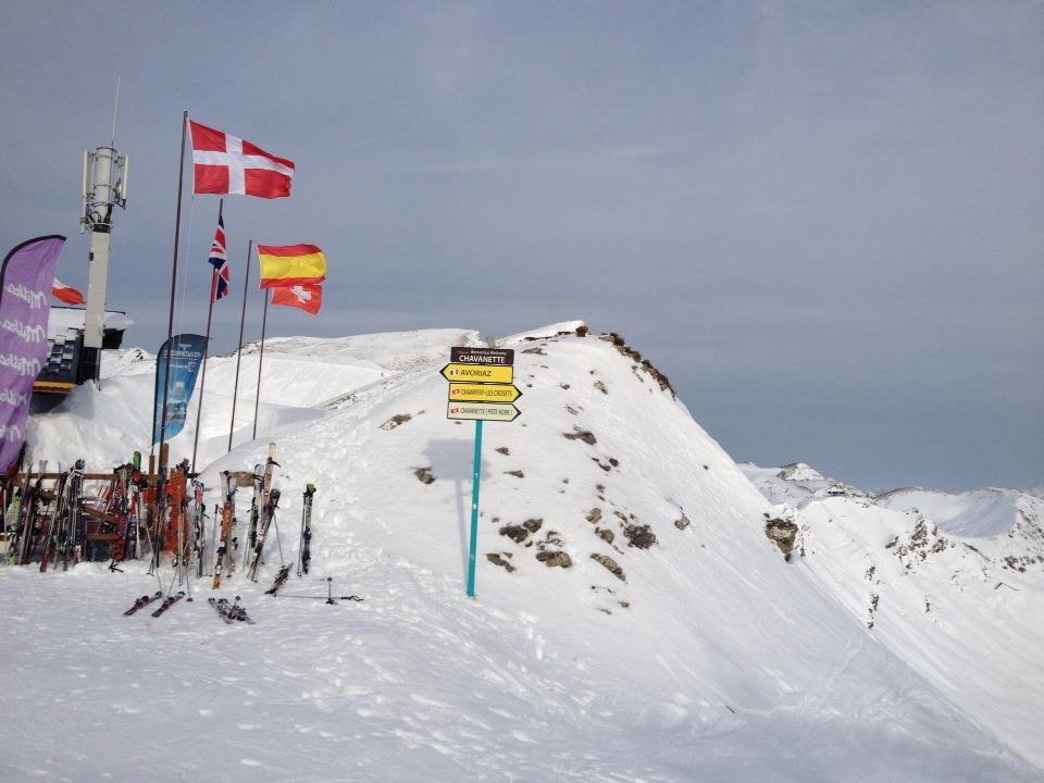 Franco-Swiss border at the top of the 'Swiss Wall' run, Portes du Soleil.  - © Alexandre Rebaut