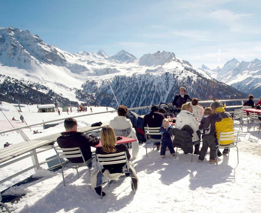 Slnečná terasa lyžiarov pozýva oddýchnuť si a načerpať energiu na ďalšiu lyžovačku - © OT Sierre-Anniviers