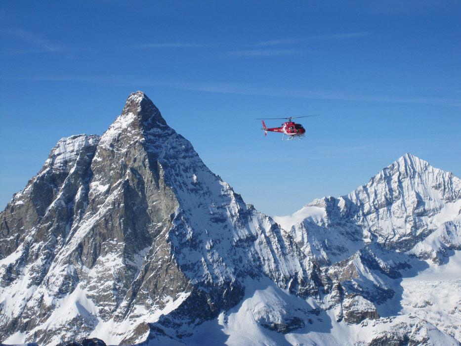 Helikopter van Air Zermatt voor de Matterhorn - © Sebastian Lindemeyer / Skiinfo.de