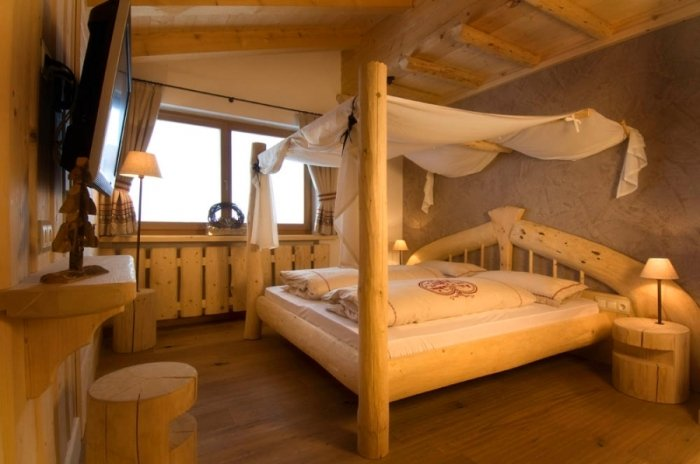 Chunky wood furnishings in Almhotel Piz Seteur, Val Gardena - © Almhotel Piz Seteur