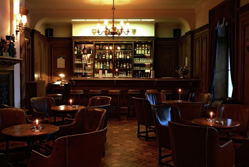 Order a gin fizz at the bar at Hotel Bellevue des Alps, Engelberg - ©Scheidegg Hotels