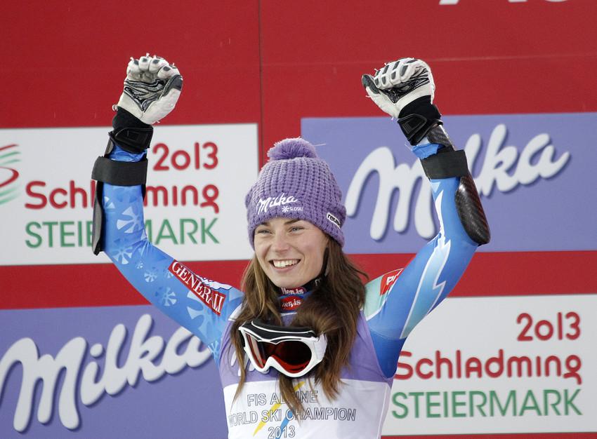 Die neue Weltmeisterin Tina Maze lässt sich feiern. - © Alexis BOICHARD/Agence Zoom