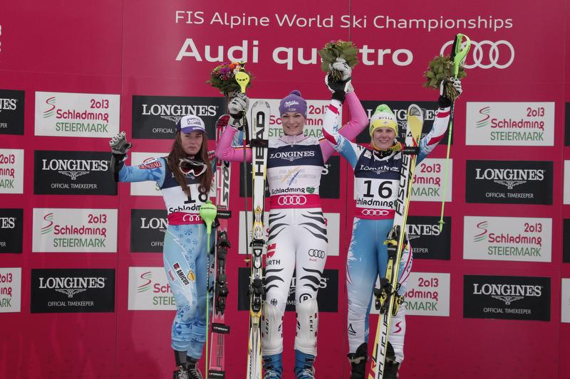 Siegerehrung für die Super-Kombi: Tina Maze und Niki Hosp rahmen Weltmeisterin Maria Höfl-Riesch ein - © Alain Grosclaude/AGENCE ZOOM