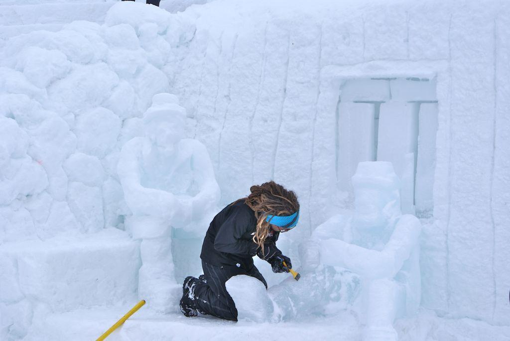 Immer wieder trifft man im Skigebiet auf das Thema Kunst – hier ein Eisschnitzer bei der Bergstation der Arteitbahn und des trass-XPress - © Gernot Schweigkofler