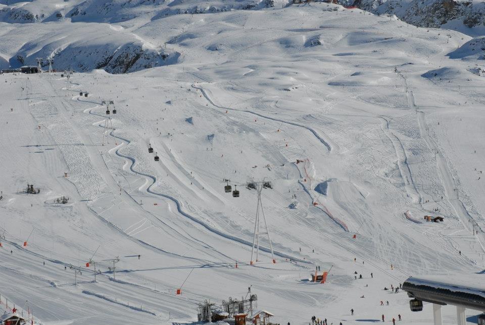 Vue sur le snowpark de l'Alpe d'Huez - © Alpe d'Huez grand domaine Ski