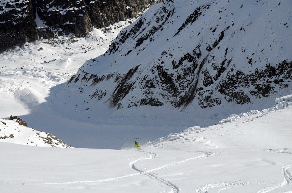 Carving through powder on Chamonix's  Vallée Blanche - ©SCOTT