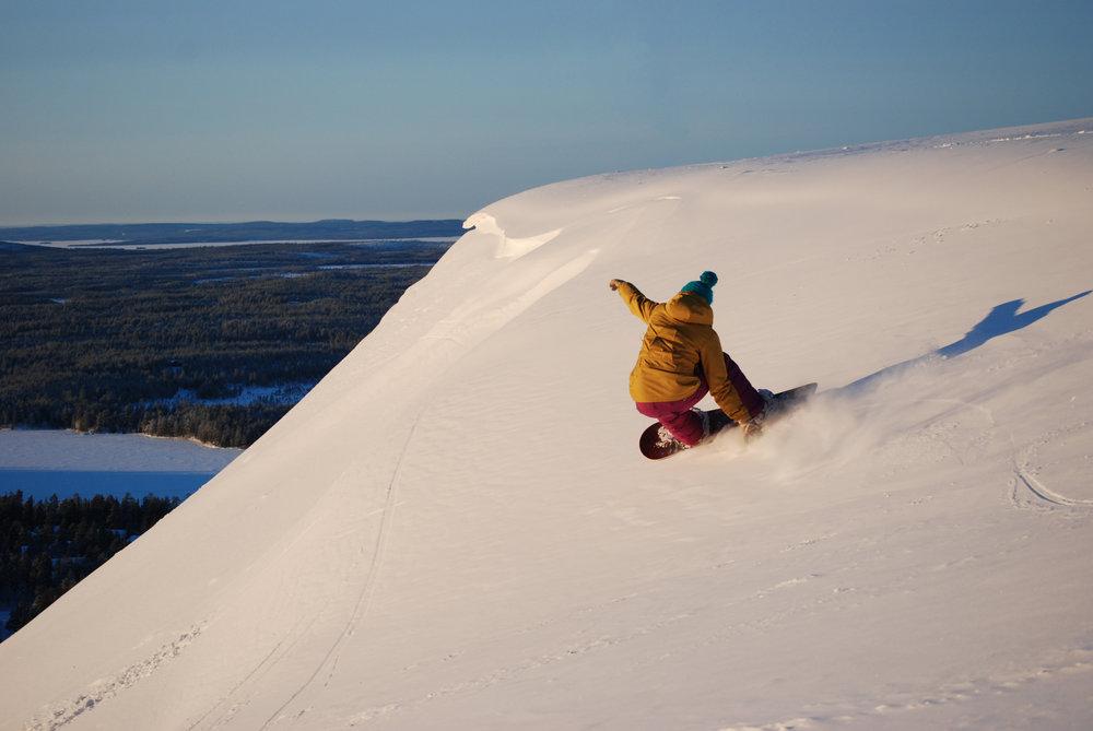 Snowboard en mai sur les pentes de Ruka (en Finlande) - © Ruka Tourism