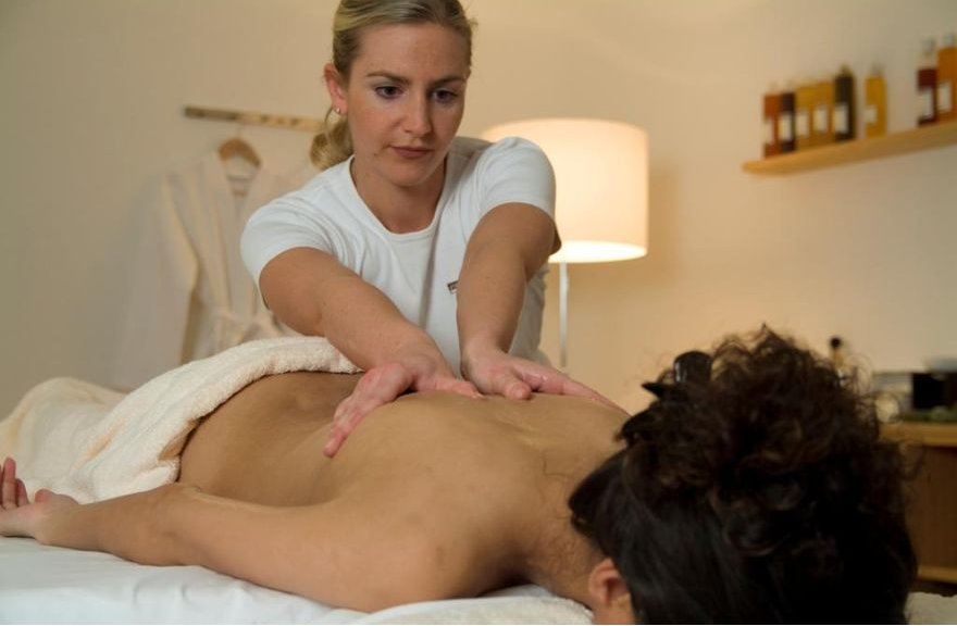 Enjoying a massage in the BergSpa in Lenzerheide - © graubuenden.ch