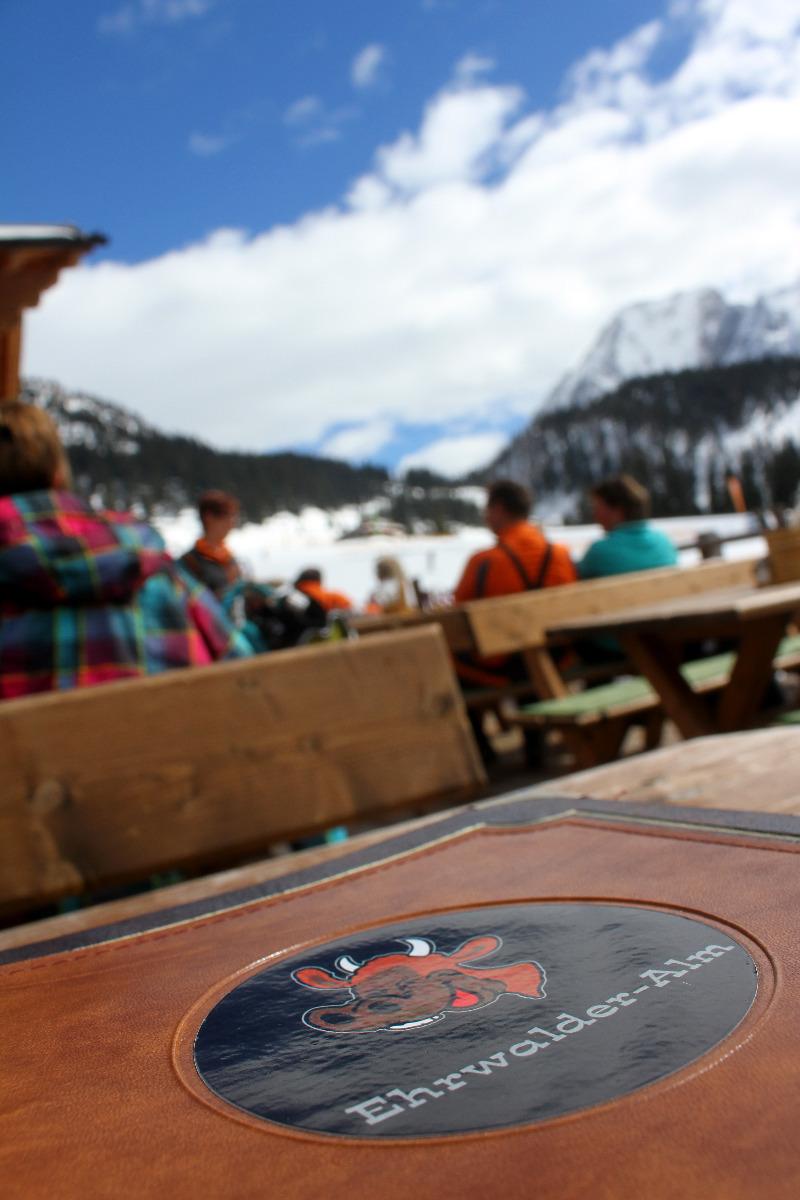 Urgemütlich, mit toller Aussicht und leckerem Essen: Die Ehrwalder Alm - © Skiinfo.de