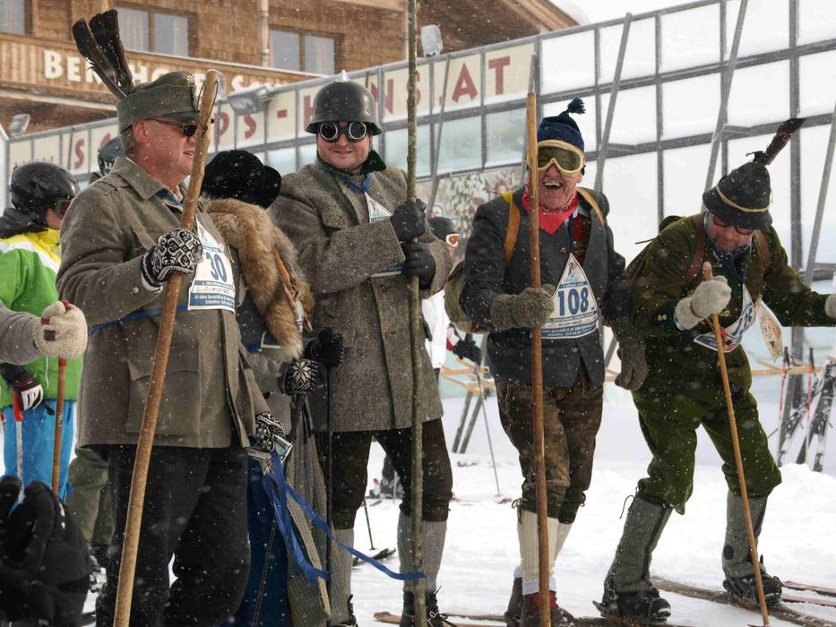 Teilnehmer des Nostalski-Fernlaufs auf der Schmittenhöhe vor dem Start - © Juliane Matthey