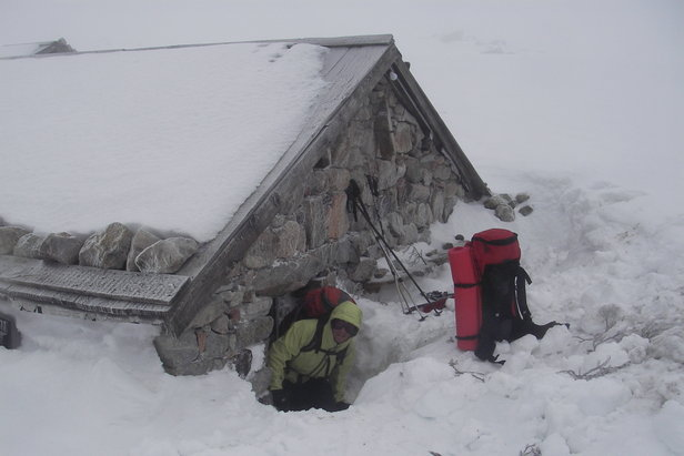 Reaching a snow-covered mountain hut in Corsica.   - © Montagnes de Corse.