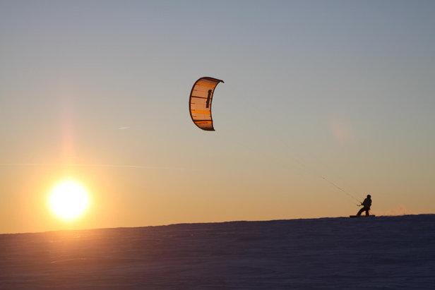 Snowkiting o zachodzie Słońca na Wasserkuppe, Niemcy  - © Papillon Flugschule