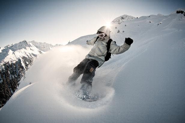 In frischem Powder ist das Snowboard das perfekte Spielzeug zum Freeriden auf der Silvretta Nova