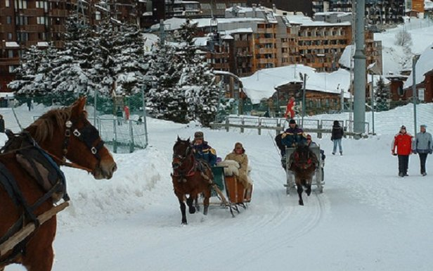 Met paard en kar-taxi door Avoriaz.  - © John Williams