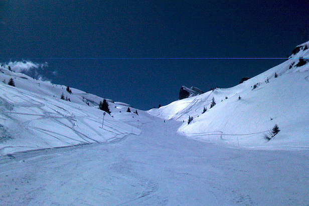 The long, cruising Cascades piste, Flaine  - © Simon Frost