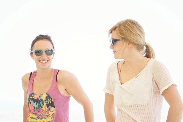 Sommer in Baku: Jule Wurm und Mina Leslie-Wujastyk lassen es sich gut gehen