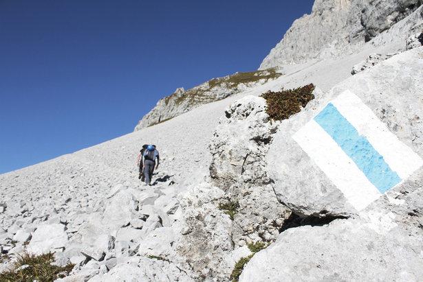 Die letzten Höhenmeter verlaufen über ein Geröllfeld - und dann hat man nach etwa einer bis eineinhalb Stunden den Einstieg erreicht  - © bergleben.de/Sebastian Lindemeyer