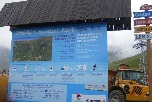 Aux 2 Alpes, le chantier de la nouvelle piste bleue Jandry I a repris. Objectif : offrir un vrai retour station aux skieurs dès décembre 2015.