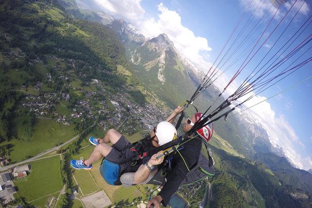 Prendre de la hauteur et s'extasier devant le panorama lors d'un vol en parapente au dessus de Samoëns  - © Stéphane GIRAUD-GUIGUES / Skiinfo.fr