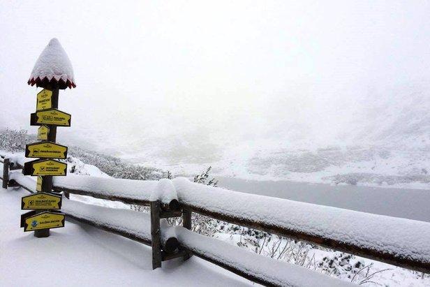Na slovenských horách sneží! Piaty október priniesol prvý sneh tejto sezóny! ©facebook Vysoké Tatry - hory zážitkov