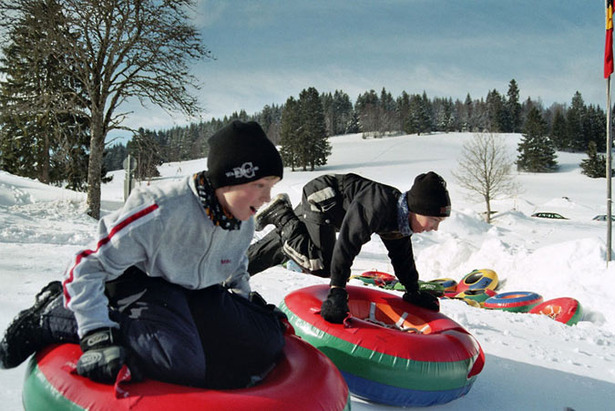 Funsport im Schwarzwald: Auf Snowtubes durch die Steilkurve