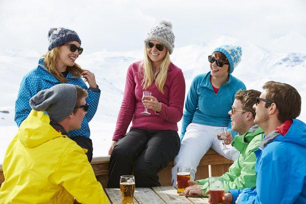 Egal wer mit in den Skiurlaub kommt – Pausen und gemeinsame Unternehmungen müssen sein. Verabredungen für gemeinsame Einkehr mittags oder den Après-Ski am Abend sorgen für Abwechslung und Spaß.  - © Fotolia.de ©Monkey Business (#84463012)