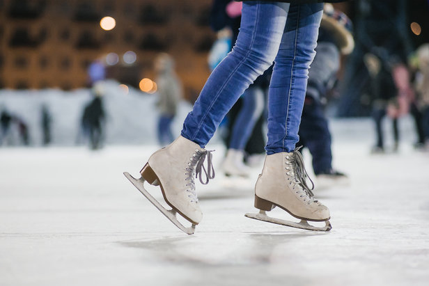 Im Sportzentrum in Lenzerheide gibt es eine Eishalle, in der sowohl Eislauf als auch Eisstockschiessen und Eishockey angeboten werden.  - © zsv3207 – Fotolia.com (#105380203)