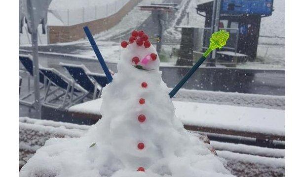 W Sölden pierwszy opad śniegu uczczono ulepieniem małego bałwano-koguta :)  - © Facebook Sölden