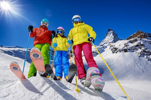 Skifamilie vor dem Matterhorn  - © fotolia.com © Gorilla (#12691530)