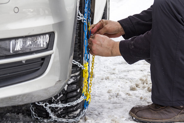 Les chaînes à neige restent indispensables pour la conduite en montagne, sécurité oblige. Leur usage est obligatoire pour les routes signalées par le panneau B26, sauf si la mention « pneus neige admis » est précisé.